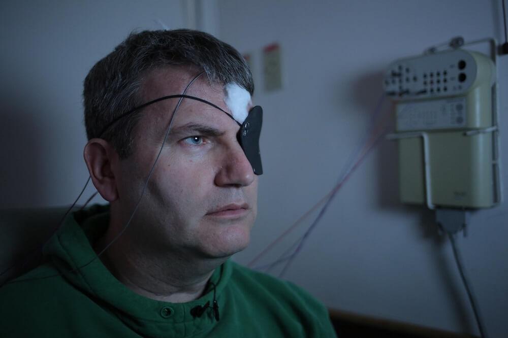 """עו""""ד מארק לואיס בבית החולים הדסה. מתוך הסרט של ערוץ 4 הבריטי"""