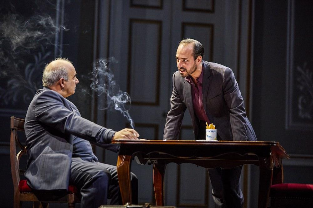 קריקטורה של מאצ׳ו חמום-מזג מול שחקן עם נוכחות מרשימה. מימין: פיליפ ארדיטי (אורי סביר) ופיטר פוליקרפו (אבו עלא)
