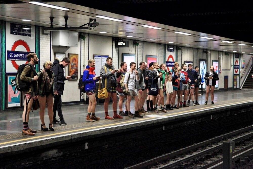 לנסוע בטיוב בלונדון בלי מכנסיים