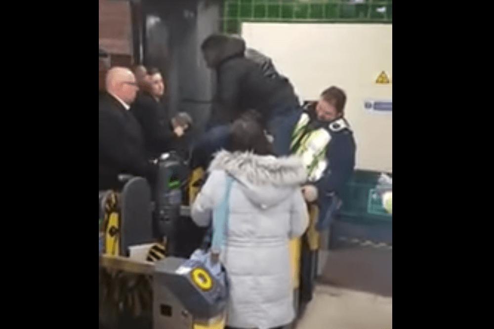 אדם שאשכיו נתקעו במחסום בטיוב - לונדון