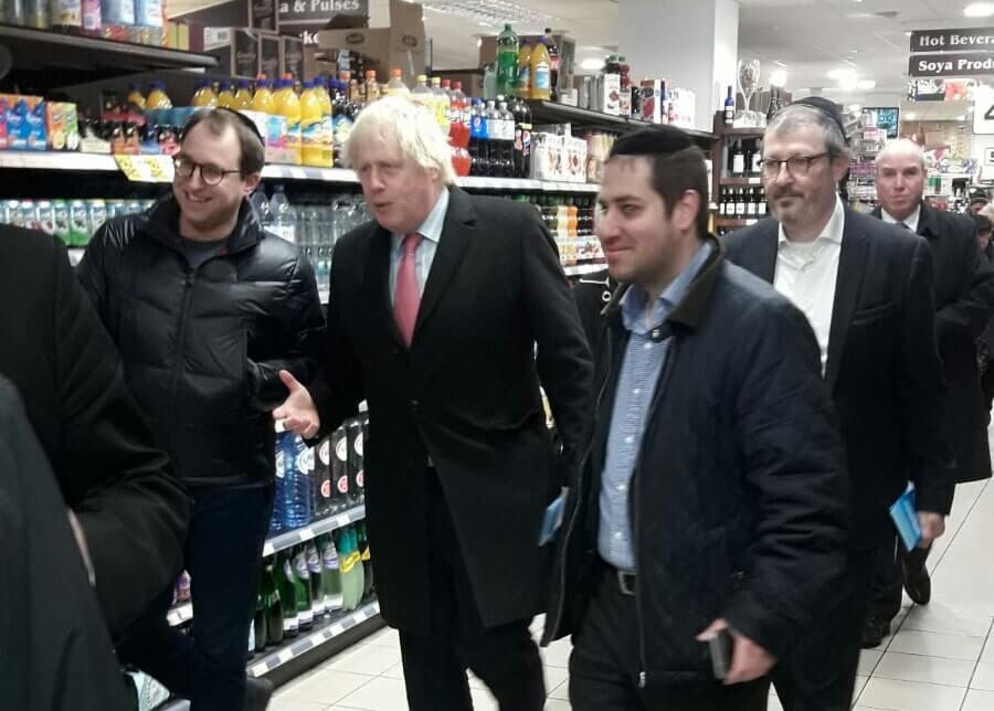 בוריס ג'ונסון בסופרמרקט בגולדרס גרין לונדון