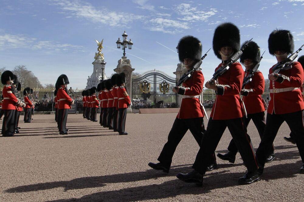 לא רק בארמון בקינגהאם. חילופי משמר