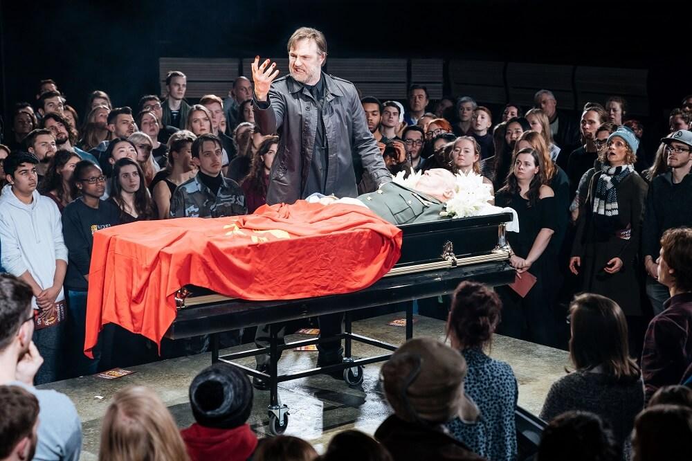 """הצגה בלונדון - נואם לזכרו של הקיסר בהלווייתו. דיוויד מוריסי, מתוך """"יוליוס קיסר"""". צילום: Manuel Harlan"""