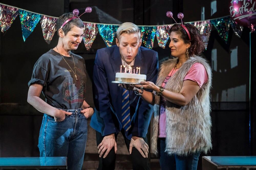 הצגות ומחזות זמר בלונדון - ביקורת על כולם מדברים על ג'יימי