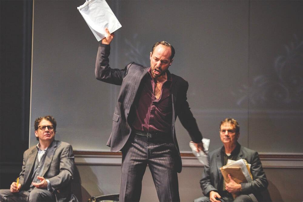 """תיאטרון בריטי בלונדון: קיבל עזרה בעברית. פיליפ ארדיטי בתור אורי סביר ב""""אוסלו"""".  צילום: Brinkhoff Mögenburg"""