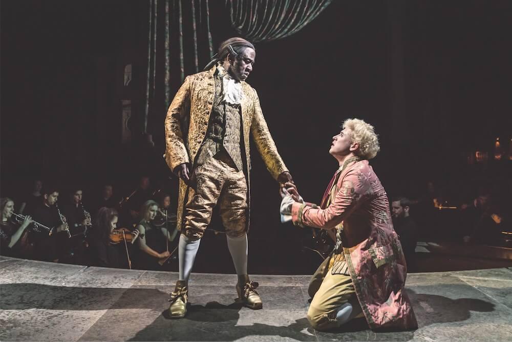"""תיאטרון בריטי בלונדון: תרבות המעמדות היא המחלה של בריטניה. לוסיאן מסמטי בתור סליארי, מתוך """"אמדאוס"""".  צילום: Marc Brenner"""
