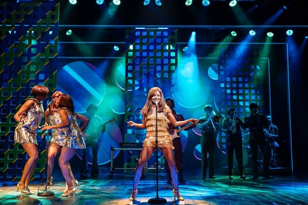 """מחזות זמר בלונדון: השחקנית שאינה מוכרת מחוץ לארצות הברית הייתה בחירה של טינה בעצמה. אדריאן וורן, מתוך """"טינה"""". צילום: Manuel Harlan"""