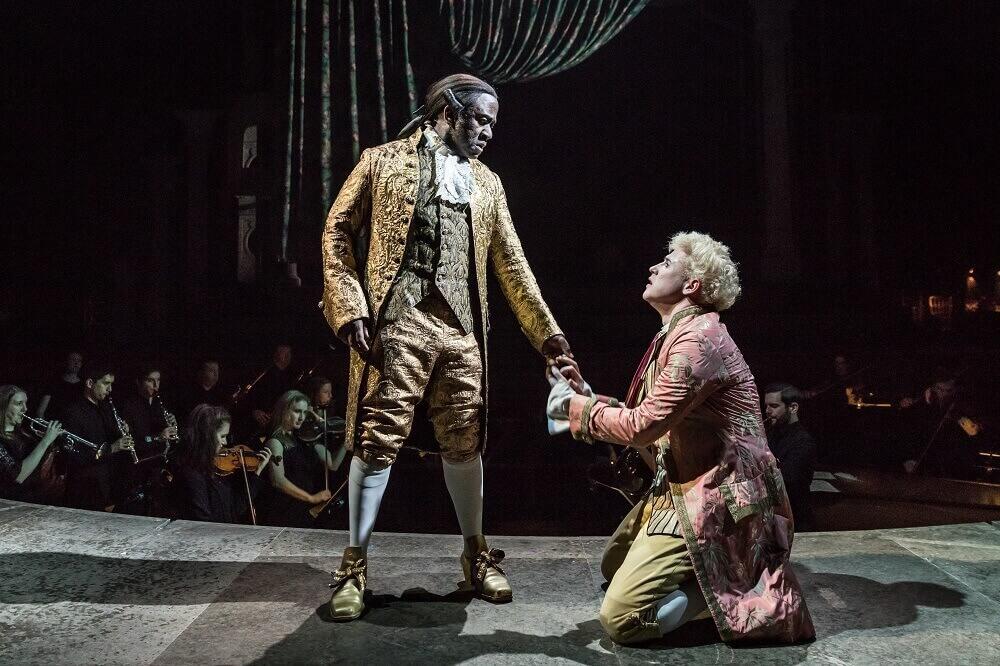 הצגות בלונדון. תיאטרון בלונדון - אחד משחקני התיאטרון האהובים. לוסיאן מסמטי בתור סליארי בהצגה אמדאוס