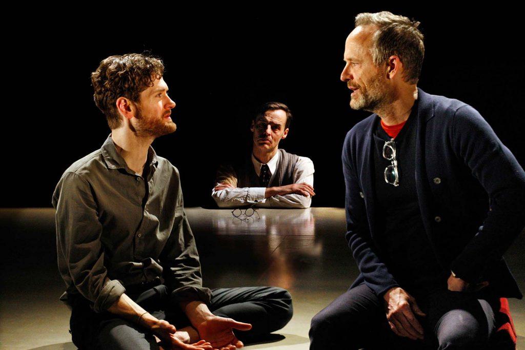 הצגות בלונדון: הסופר פורסטר הפך בעצמו לדמות במחזה, שאותו גילם פול הילטון (במרכז). משמאל: קייל סוליאר. מימין: ג'ון בנג'מין היקי. צילום: Simon Annand