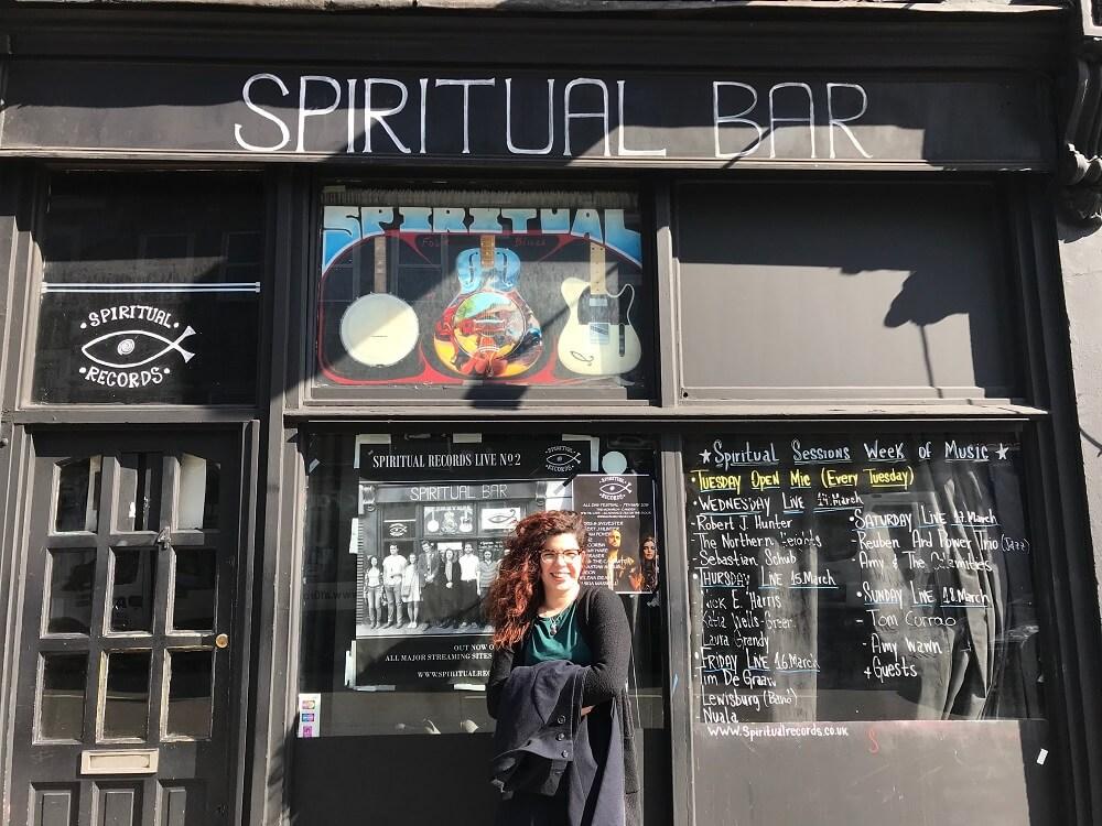 """המפגש הגורלי ב""""בר הרוחני"""". רותם אברבך מחוץ ל-Spiritual Bar"""