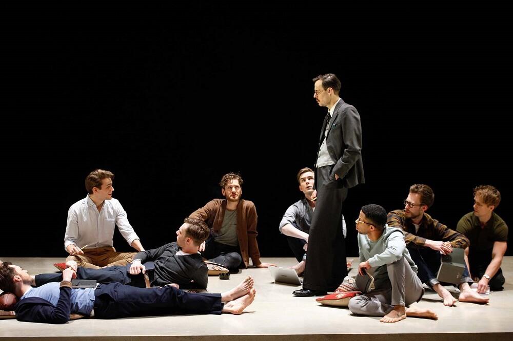 """הצגה בלונדון """"המחזה הזה מנסה להעביר לאנשים זה שאהבה זו אהבה"""". פול הילטון (במרכז) במחזה """"הירושה"""""""