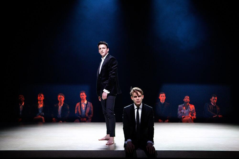 """הצגה בלונדון: גם אם אתם לא מכירים את ההיסטוריה של הקהילה ההומוסקסואלית. אל תפספסו את """"הירושה"""". צילום: Simon Annand"""