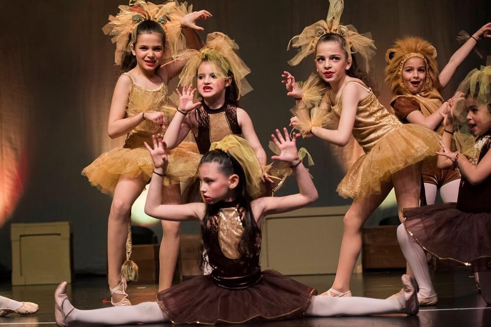 """מופע מחול בלונדון - """"כל ילד הוא כמו פרח בגינה שלי"""". רקדניות """"קידנזה"""" במופע פורים."""