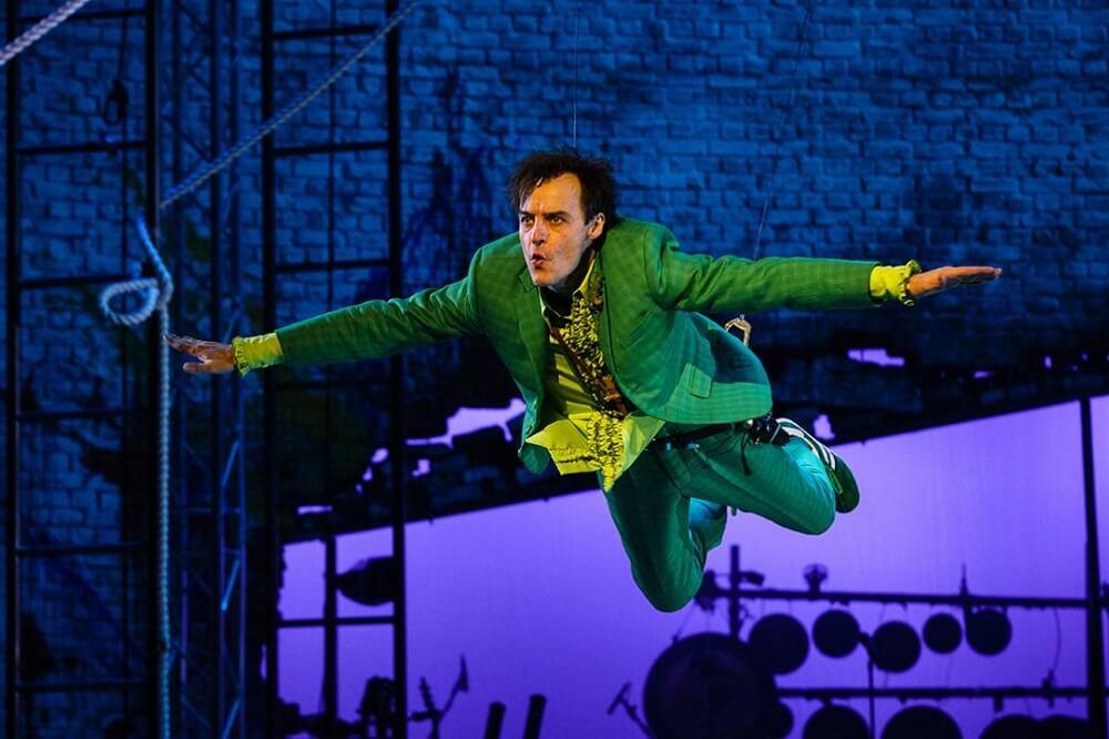 הצגה בלונדון: פול הילטון מגלם את פיטר פן, בהפקה של התיאטרון הלאומי הבריטי.