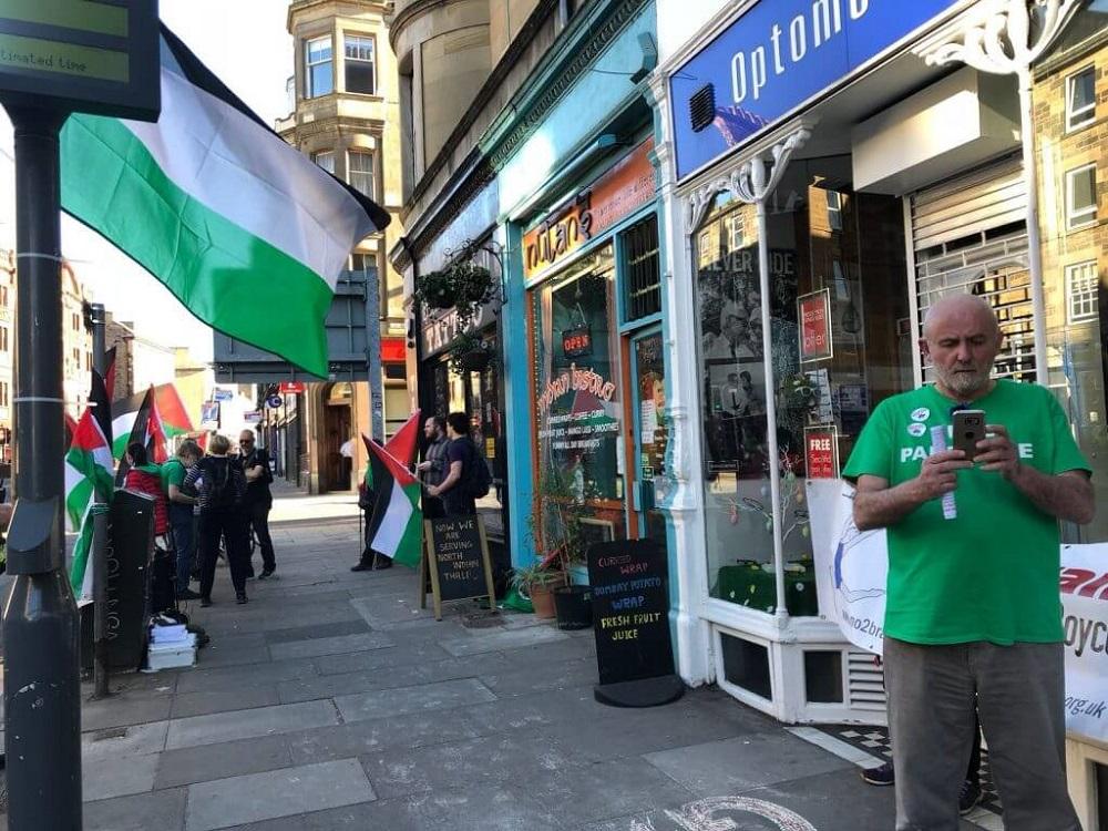 """הפגנה אנטי-ישראלית בסקוטלנד: מפגיני בי-די-אס מחוץ לבית הקולנוע """"קמאו"""" באדינבורו"""