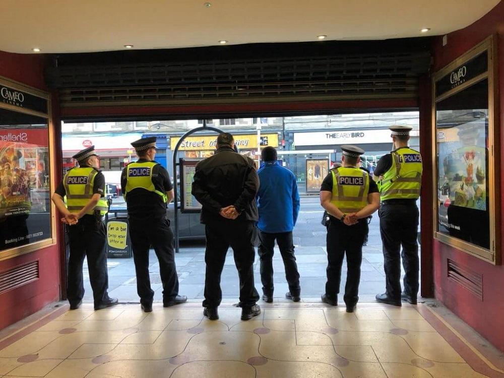 """הפגנה אנטי-ישראלית בסקוטלנד: שוטרים בכניסה לאולם בית הקולנוע """"קמאו"""" באדינבורו"""