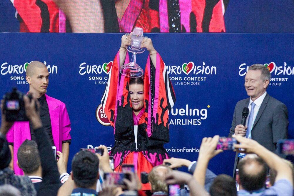 אירוויזיון 2018 - הפרס שהעניק לה סלבאדור סובראל נשבר. נטע ברזילי עם הפרס החדש במסיבת העיתונאים