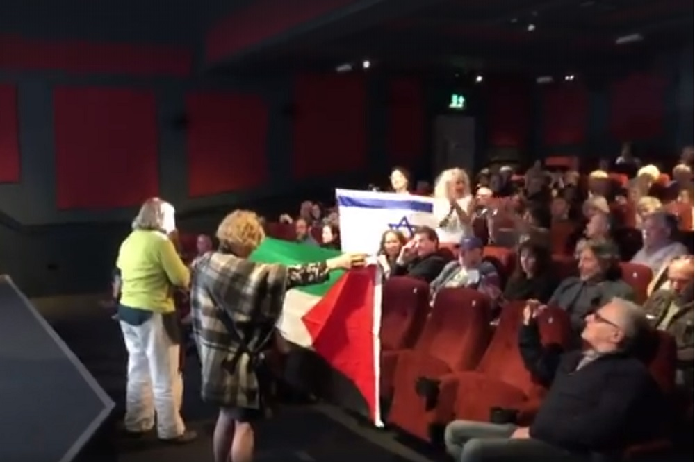 """הפגנות בברייטון ובלונדון - גרמה לבית קולנוע אחר בלונדון לבטל הקרנות של פסטיבל """"סרט"""". ההתפרעות בברייטון (צילום מסך)"""