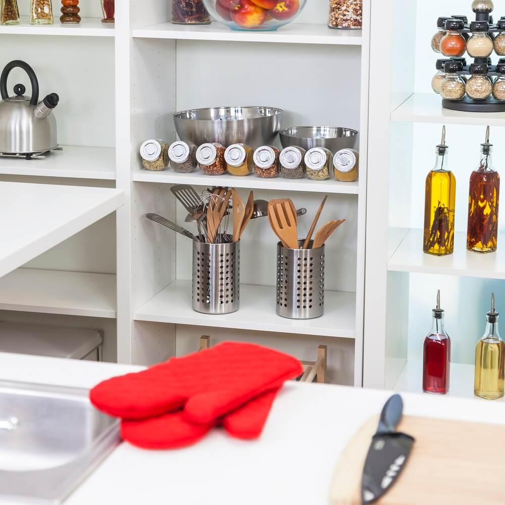 מדפים פתוחים במטבח אריאנה שטייגמן היא דיקלאטרית ומארגנת בתים, המתמחה במיקסום המרחב וסידור אסתטי ופרקטי של הבית. ClutterBug