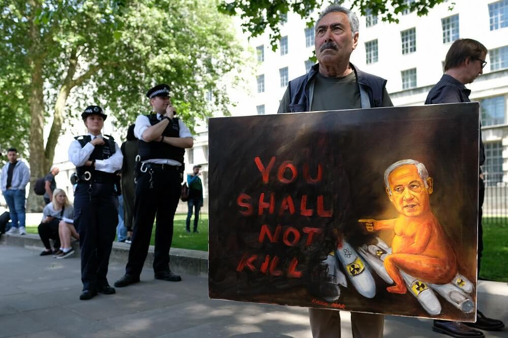 """הפגנות בלונדון """"לא תרצח"""". שלט נגד ביבי בהפגנה מול דאונינג 10."""