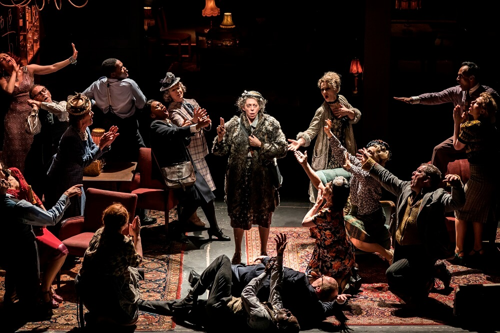 """הצגה בלונדון - """"זה כיף לנופף את הדגל האדום על הבמה. זה לא קרה בעבר"""". לויד האצ'ינסון (כורע מימין) ב""""אבסולוט הל"""". צילום: Johan Persson"""