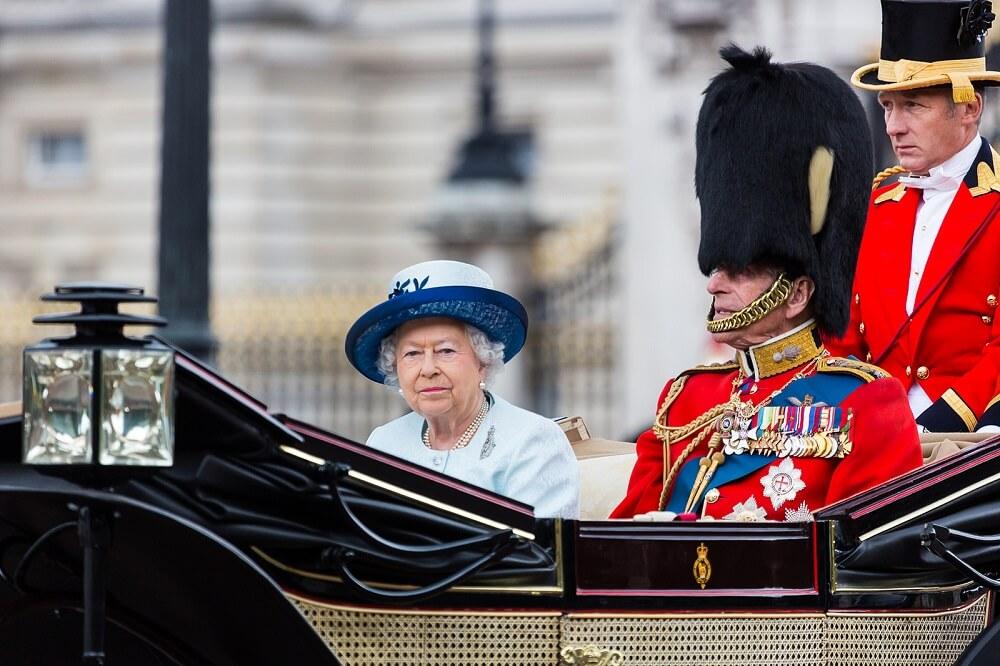 מה לעשות בלונדון בסוף השבוע חודש יוני - אולי היא תנופף אליכם הפעם? אליזבת במצעד יום ההולדת של המלכה.