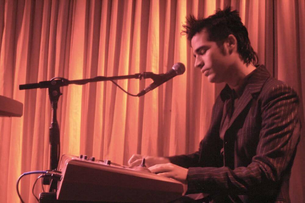 שירה בציבור לישראלים בלונדון עם שירים של אביב גפן ואחרים.