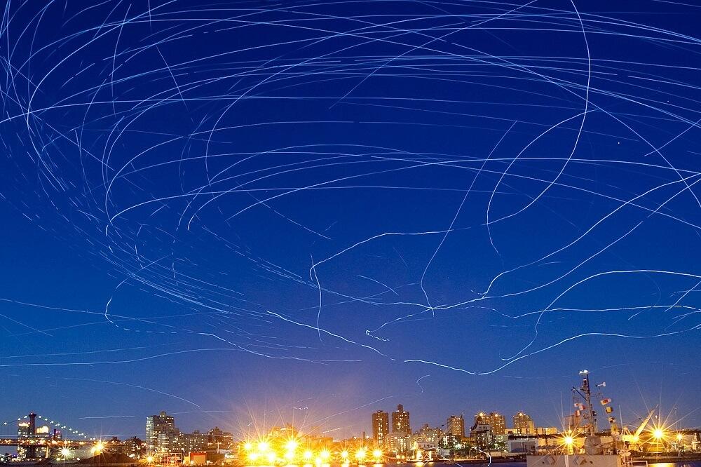 """מה לעשות בלונדון בחודש יוני - יונים מאומנות ומצוידות בנורות לד """"יציירו"""" בשמיים מעל נהר התמזה בפסטיבל """"ליפט"""""""
