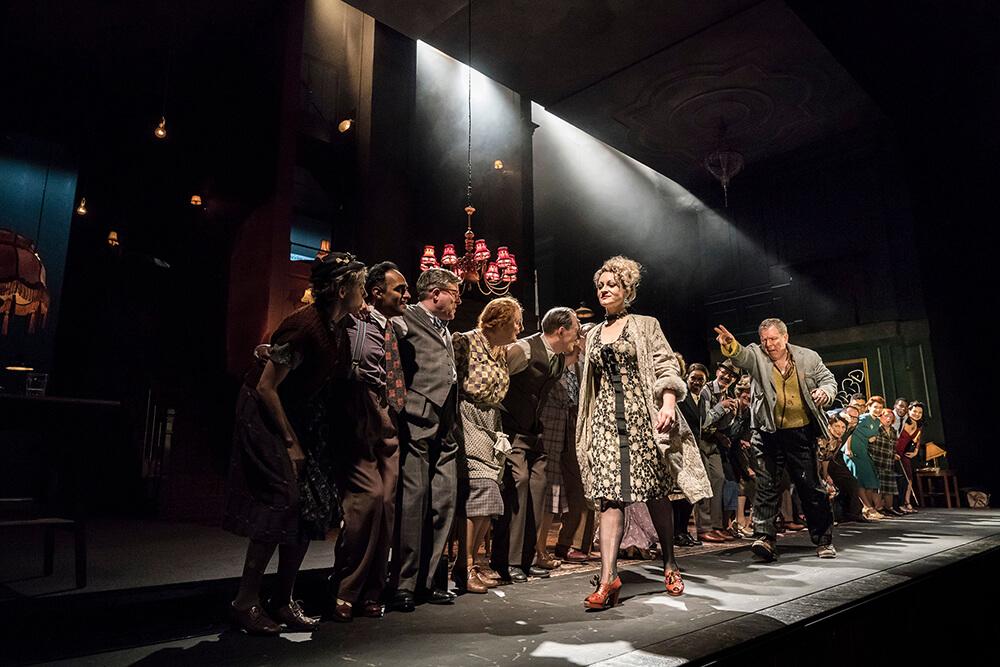 """הצגה בלונדון """"כששכבתי שם כמייקל קרולי, שתוי על הרצפה, פתאום ג'ונתן קוט שם לי פקק ביד"""". לויד האצ'ינסון ב""""אבסולוט הל"""". צילום: Johan Persson"""