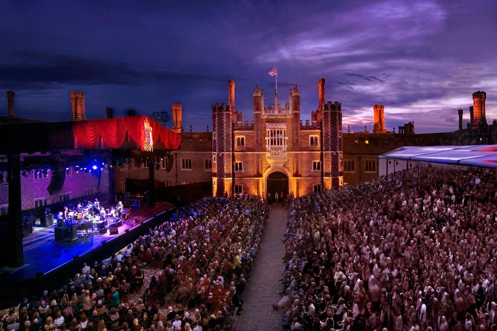 מה לעשות בלונדון בחודש יוני - הופעות מול ארמון המפטון קורט