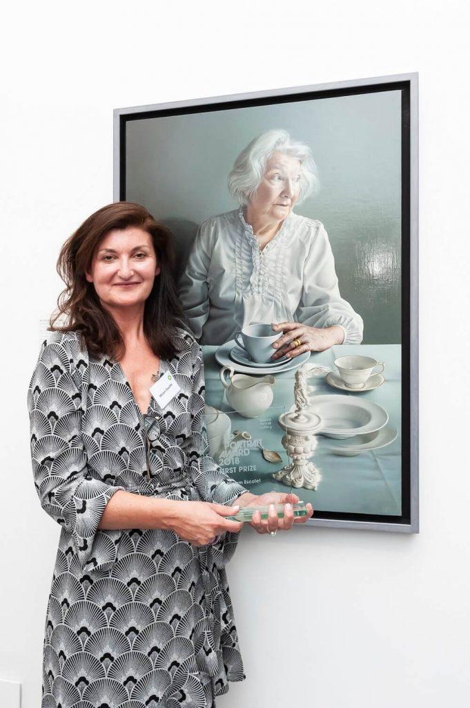 תערוכה בלונדון - נשיונל פורטרט גלרי, הגלריה הלאומית לדיוקנאות בזכות ספל תה? האומנית מרים אקסופט עם הציור הזוכה בתחרות והפרס. צילום: Jorge Herrera