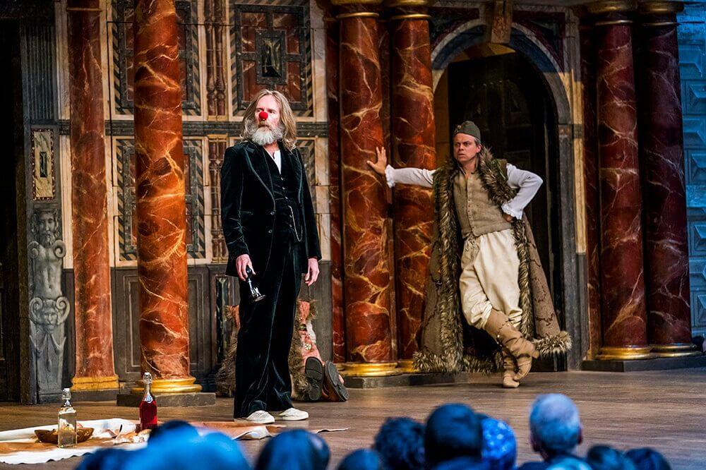"""הצגות בלונדון לא מפתיע שתיאטרון שייקספיר גלוב כל הזמן מבקש ממנו לחזור. פירס קוויגלי (משמאל) מגלם את ג'ק ב""""כטוב בעיניכם""""."""