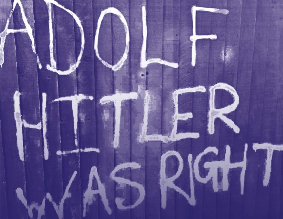 """אנטישמיות בבריטניה: """"אדולף היטלר צדק"""". מתוך שער הדוח של ה-CST גרפיטי אנטישמי שרוסס על גדר במרסיסייד"""