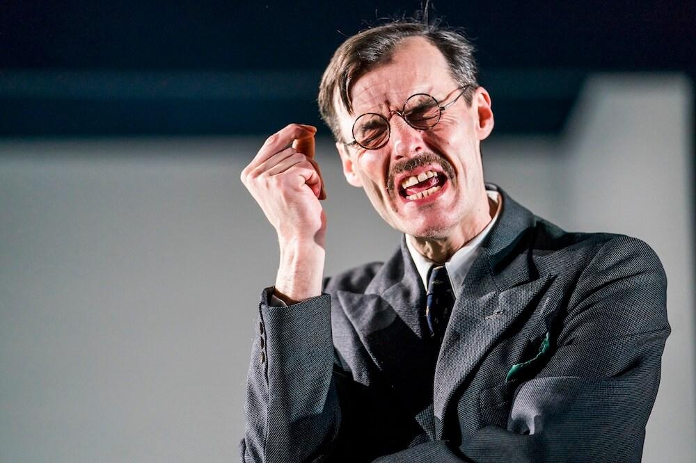הצגה בלונדון ישבור לכם את הלב ויצחיק אתכם בו־זמנית. פול הילטון, מתוך ״הירושה״. צילום: Tristram Kenton