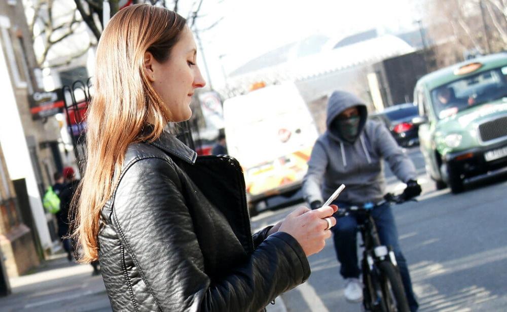 גנבי טלפונים ניידים בלונדון על קטנועים - גנב בדרך לעוד לקוח לא מרוצה (אילוסטרציה). צילום: משטרת המטרופולין של לונדון