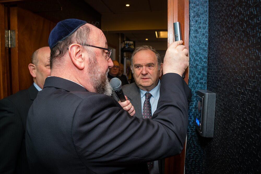 אפרים מירוויס, הרב הראשי לבריטניה, קובע מזוזה במשרדים החדשות בלונדון של ההסתדרות הציונית העולמית בבריטניה