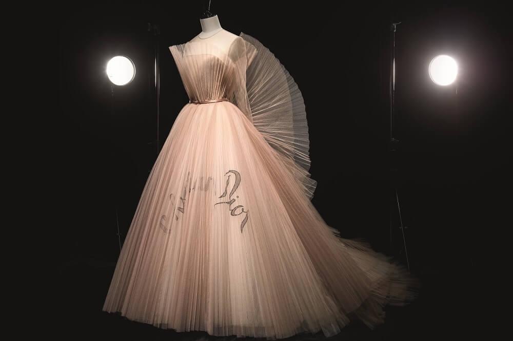 תערוכה בלונדון על כריסטיאן דיור במוזיאון ויקטוריה ואלברט - שמלה של מריה גראציה קיורי
