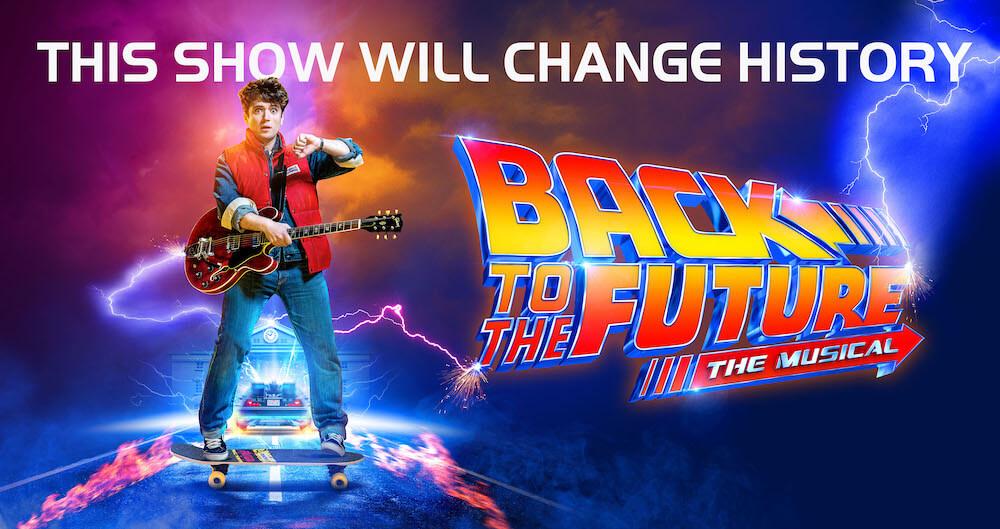המחזמר בחזרה לעתיד בלונדון ווסט-אנד השחקן אולי דובסון בתור מרטי מק׳פליי שאותו גילם מייקל ג׳יי פוקס
