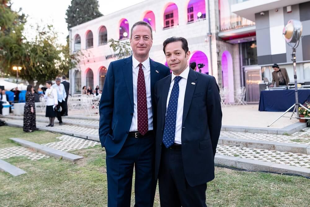 שגריר בריטניה בישראל דיוויד קוורי ובן זוגו אלדו הנריקז, תומכים בעמותת ילדים בסיכוי באירוע השנתי של ארגון נשות השגרירים הזרים בישראל