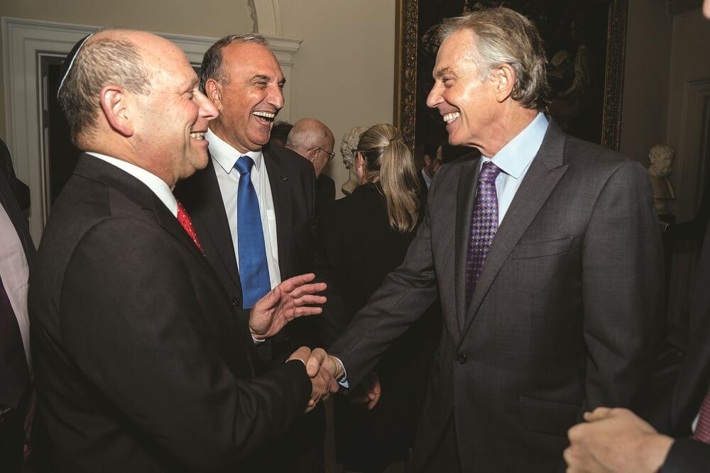 """יצחק זוננשיין (משמאל) עם אלי כהן מנכ""""ל הצ""""ע וטוני בלייר, ראש ממשלת בריטניה לשעבר באירוע """"הרצוג 100"""" בלונדון"""