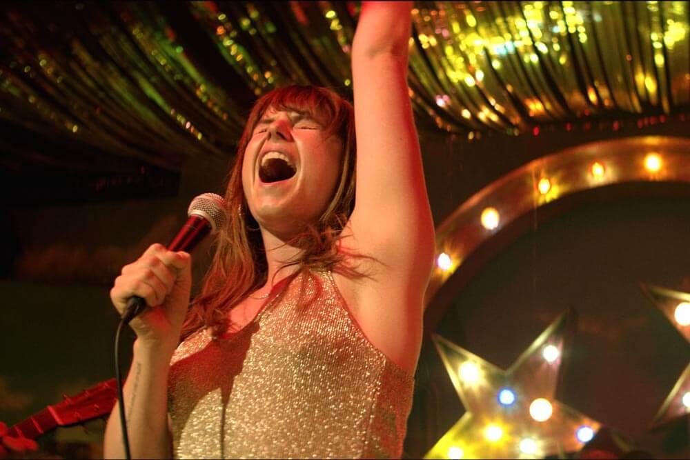 """ג'סי באקלי בתפקיד רוז-לין הרלן. מתוך הסרט """"וויילד רוז"""" - סרטים בלונדון"""
