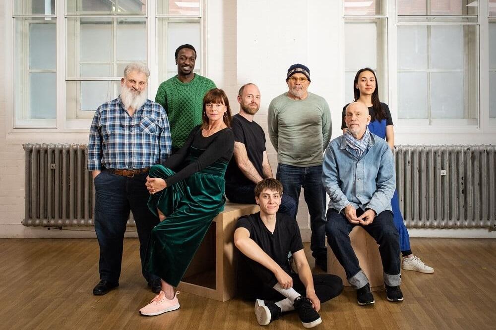 """ג'ון מלקוביץ' (מימין) עם צוות ההפקה של ההצגה """"ביטר וויט"""", לונדון"""