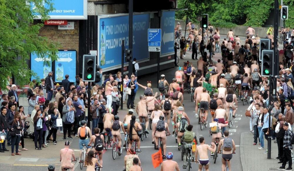 יש גם אפטר פרטי בלונדון ברידג'. רכיבת אופניים בעירום ברחבי לונדון