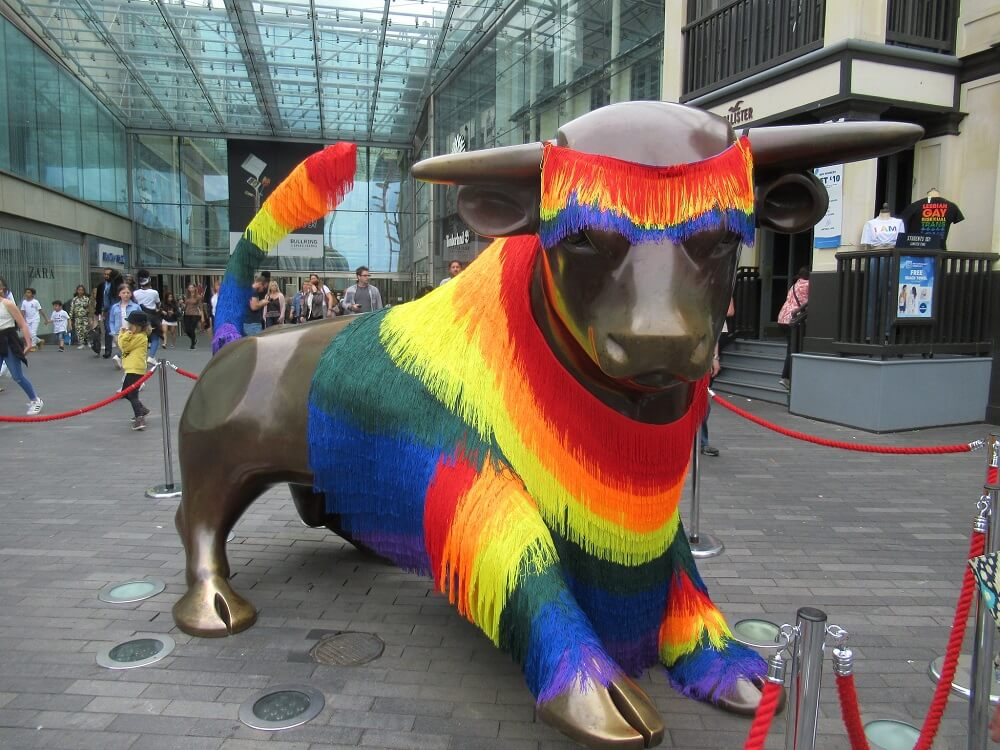 """ברמינגהאם: לא מה שחשבתם. פסל השור המפורסם במרכז """"בולרינג"""" מקושט למצעד הגאווה האחרון"""