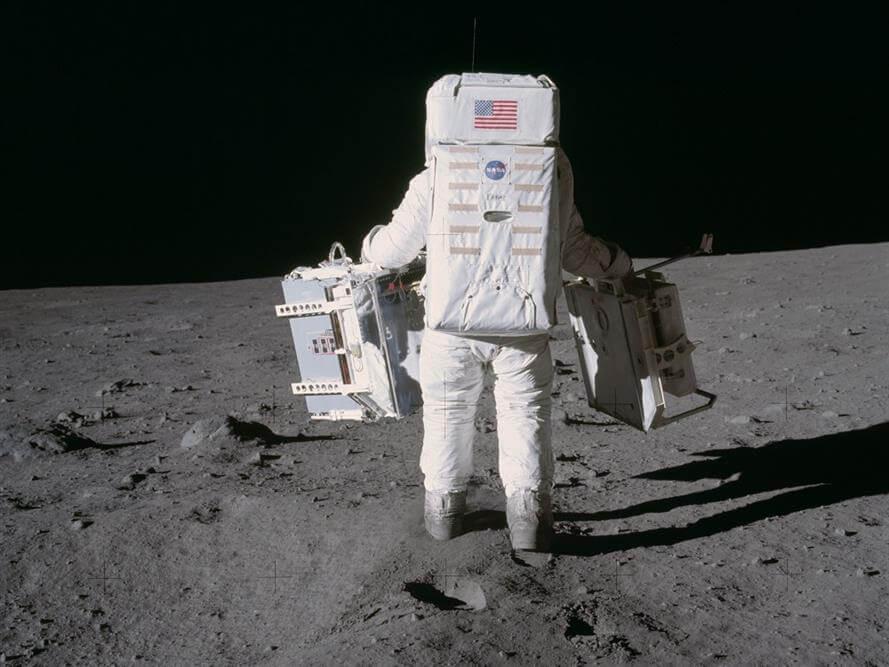 """אדם על הירח. מתוך הטיסה של אפולו 11. צילום: נאס""""א"""
