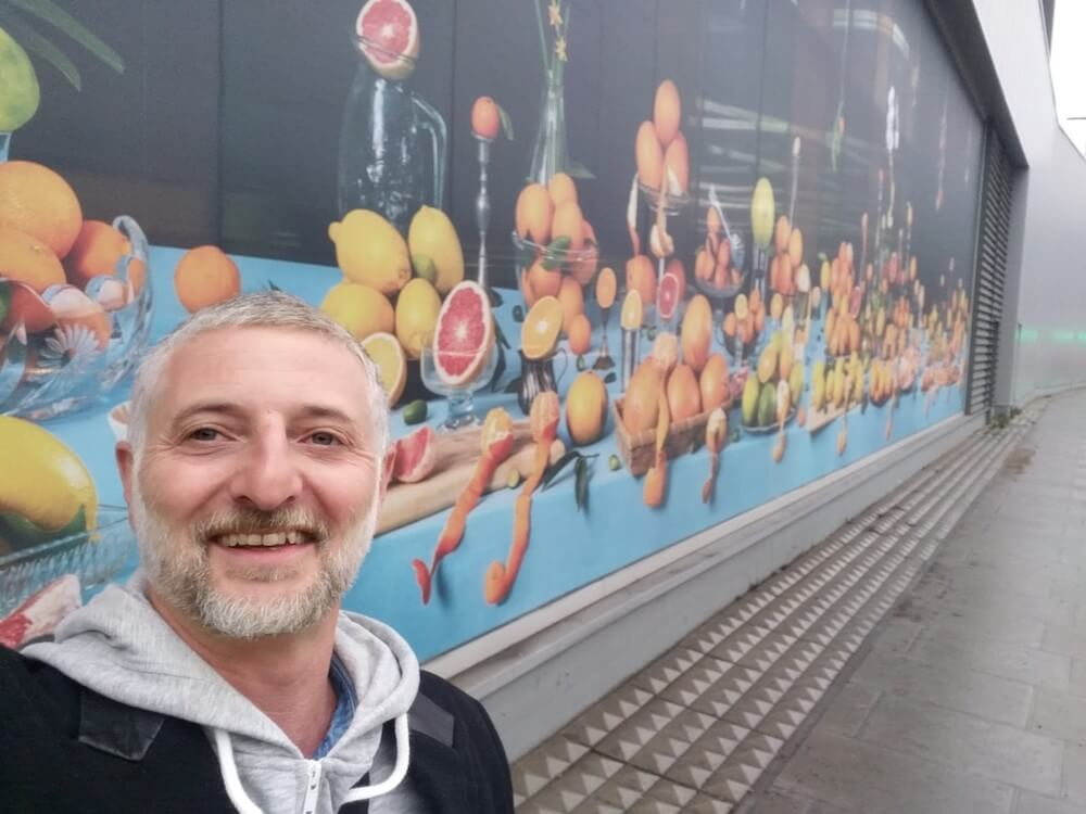 איל גרניט ליד יצירתו 'טבע דומם פירות הדר' בלונדון