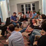 שרים שמר בסלון הביתי בלונדון