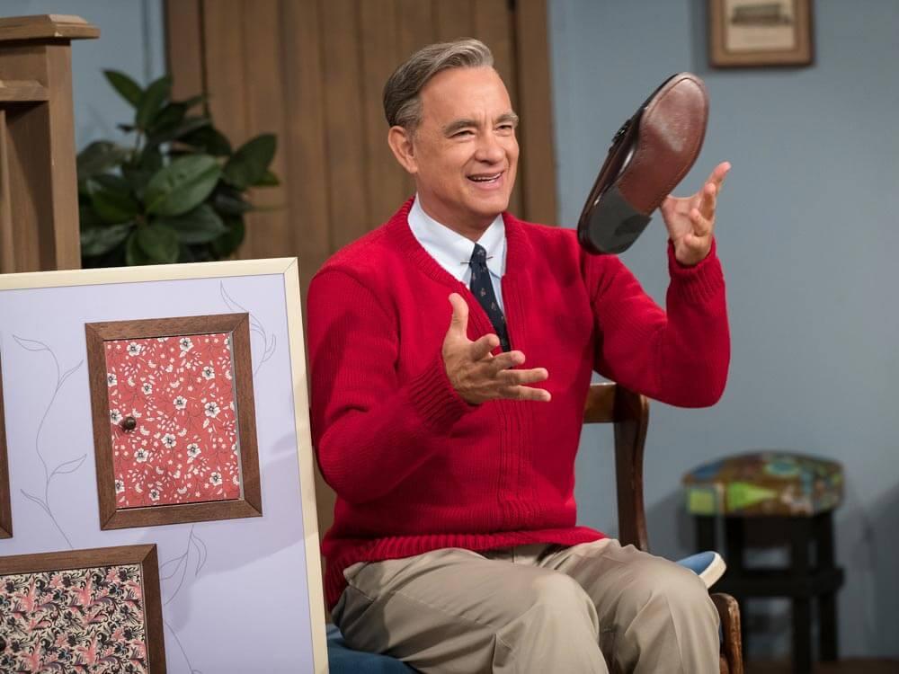 טום הנקס בתור פרד רוג׳רס בסרט ״יום יפה בשכונה״.