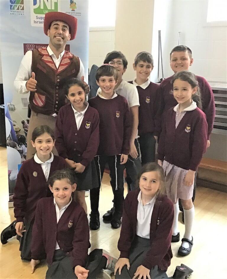 JNF UK - השחקן מייקל גולד ההצגה הברווזון המכוער בבית הספר Mathilda Marks Kennedy